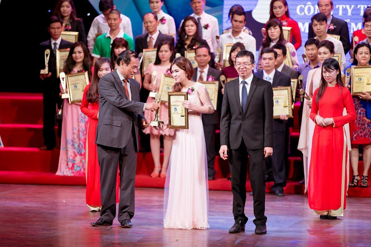 Đại diện Princess Beauty, Bà Lã Thị Bích nhận Cúp vàng Thương hiệu 2016